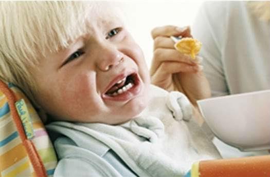 Ребенок плачет во время еды