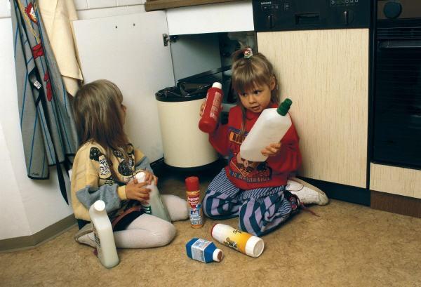 Дети с опасными бутылками