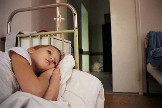 Ребенок лежит в кровати