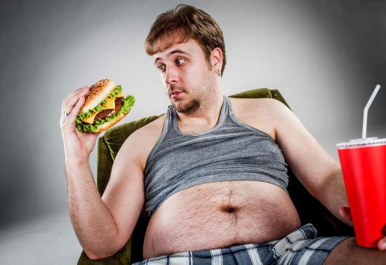 Мужчина смотрит на гамбургер