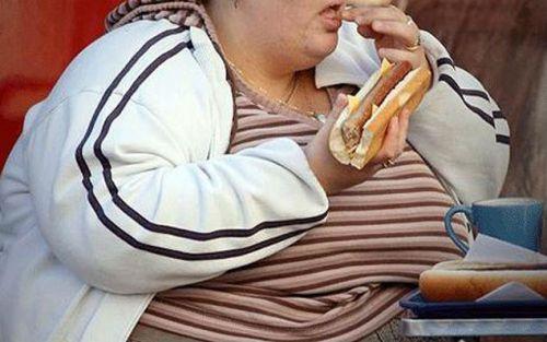 Полный человек кушает