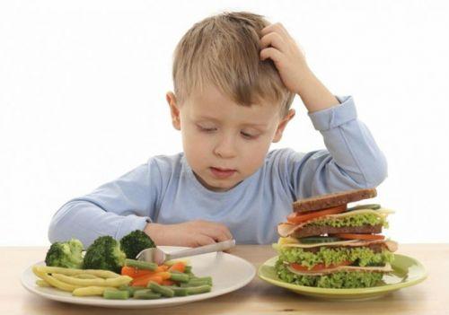Ребенок выбирает пищу