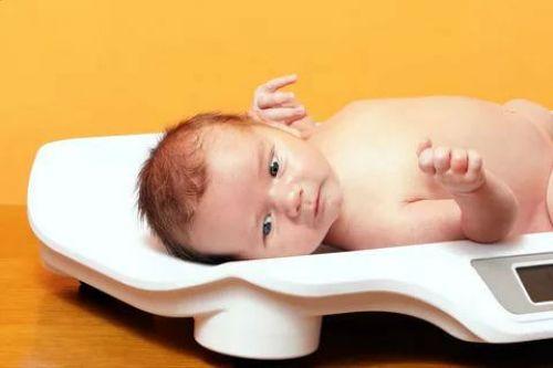 Измерение веса ребенка