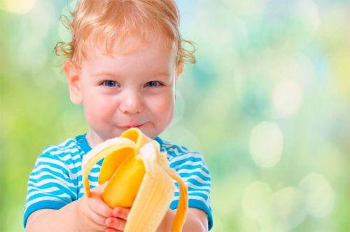 Ребенок ест бананы