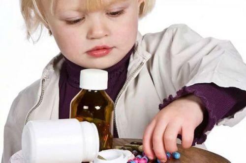 Ребенок играет лекарствами