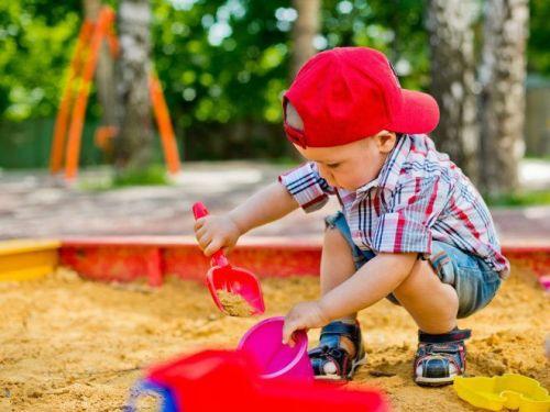 Ребенок играет в песочнице
