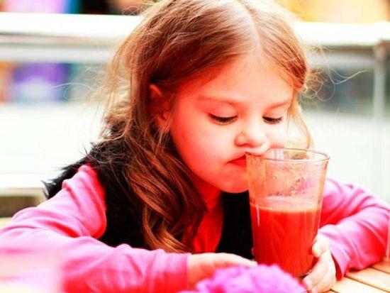 Ребенок пьет кисель