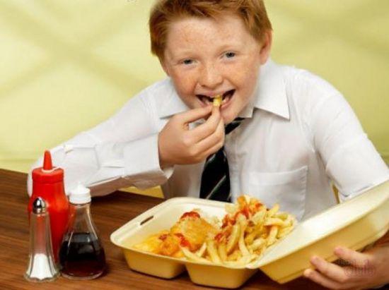 Ребенок ест фаст-фуд