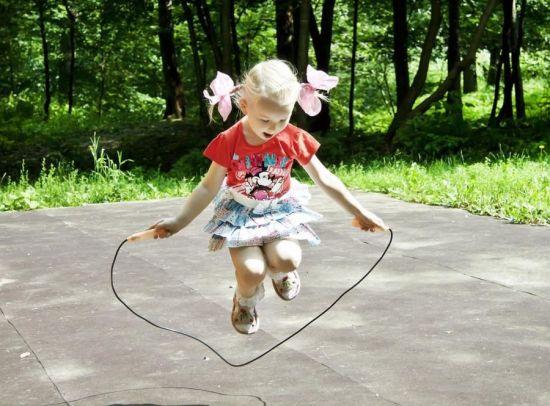 Ребенок прыгает на скакалке