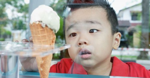 Ребенок и мороженое
