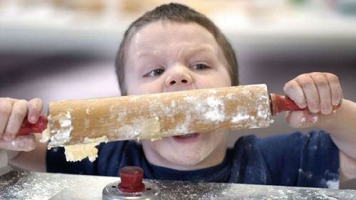 Ребенок ест сырое тесто