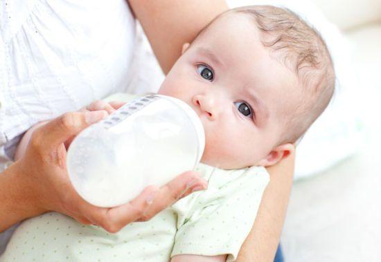 Кормление малыша из бутылочки