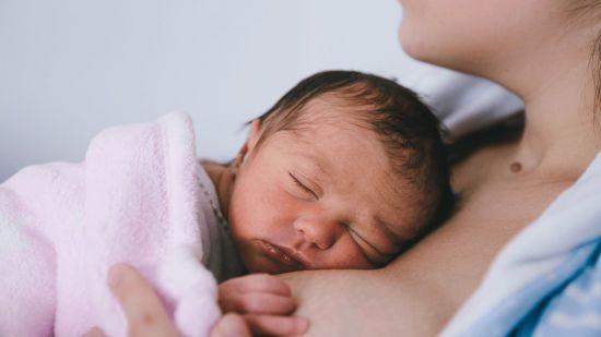 Младенец спит на груди матери