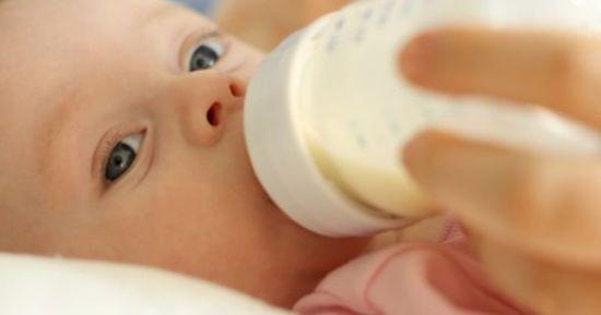 Малыша кормят смесью