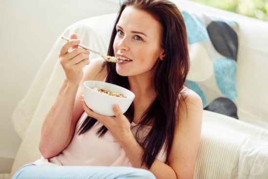 Девушка ест овсянку