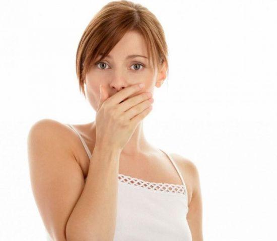 Девушка закрыла рот