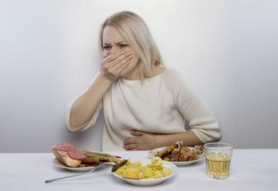 Женщине тошнит после еды