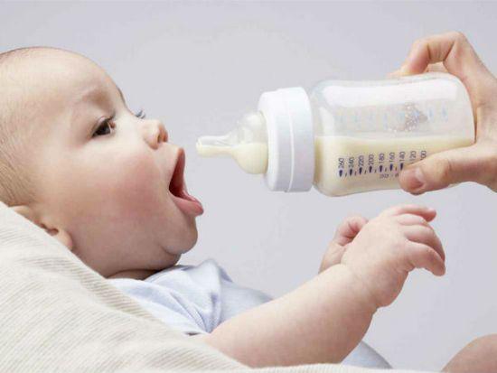 Малыш кушает смесь
