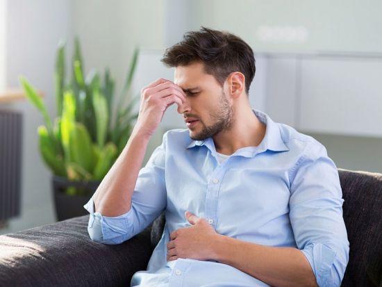 У мужчины стресс, боль в животе