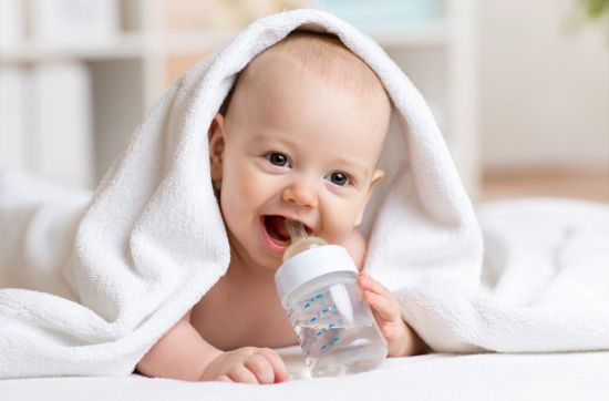 Малыш с бутылочкой воды
