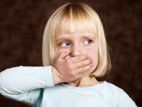 Ребенок закрыл рот рукой