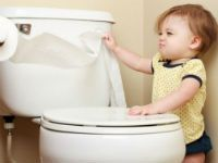 Годовалый ребенок в туалете