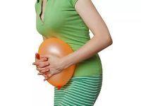 Воздушный шар у живота девушки