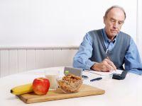 Мужчина записывает данные, на столе еда